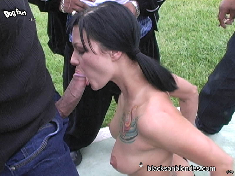 Georgeous women sucking handjob
